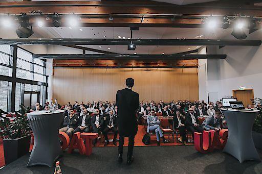 """Bautage 2019 Keynote Markus Petzl © jollyschwarzphotography Keynote-Speaker Markus Petzl, Gründer der Strategieberatung """"disruptive – beyond your strategy"""", sorgte für einen fulminanten Start des Fachkongresses"""