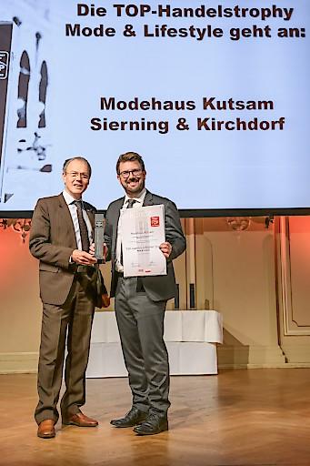 Überreichung der TOP-Handelstrophy der WKO Oberösterreich durch Josef Gruber