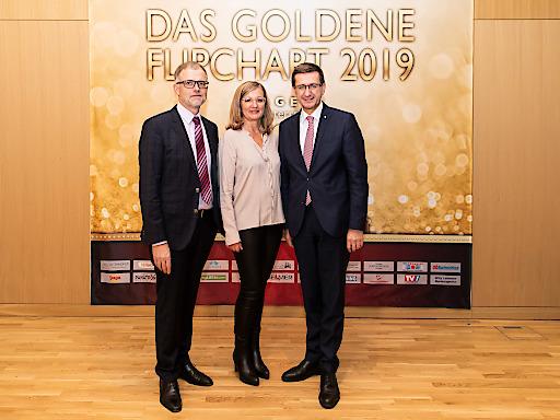 https://www.apa-fotoservice.at/galerie/21385 Im BIld v.l.n.r.: Im Bild v.l.n.r.: Thomas Wolfsegger (Tagen in Österreich), Elfi Schenkel, (Tagen in Österreich), Markus Achleitner (Wirtschaftslandesrat OÖ). Anlässlich der Verleihung der Goldenen Flipcharts trafen sich die großen Namen der österreichischen Seminar- und Tagungsbranche bei der Veranstaltung Meet the Best im OÖNachrichten Forum, Linz. Ausgezeichnet wurden jene 26 Betriebe, die eine Gesamtzufriedenheit von mindestens 90 Prozent im MICEadvisor erreichen konnten.