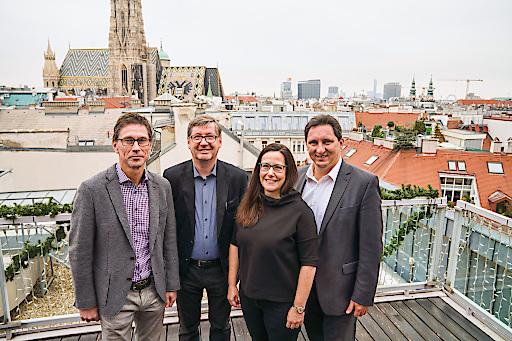 von links nach rechts: DI Dr. Reinhold Lindner (Sprecher Dachvisionen), DI Günther Trimmel (Trimmel Wall Architekten), DI Isabella Wall (Trimmel Wall Architekten), Michael Foisel (Präsident Dachvisionen und Vertriebsleiter Eternit Österreich)