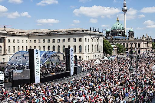 """42.000 Besucher bei """"Staatsoper für alle"""" 2014 © BMW AG. Weiterer Text über ots und www.presseportal.de/nr/28255 / Die Verwendung dieses Bildes ist für redaktionelle Zwecke honorarfrei. Veröffentlichung bitte unter Quellenangabe: """"obs/BMW Group"""""""