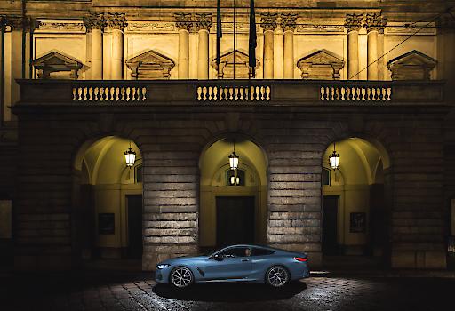 """BMW 8er-Reihe vor dem Teatro alla Scala © BMW AG. Weiterer Text über ots und www.presseportal.de/nr/28255 / Die Verwendung dieses Bildes ist für redaktionelle Zwecke honorarfrei. Veröffentlichung bitte unter Quellenangabe: """"obs/BMW Group"""""""