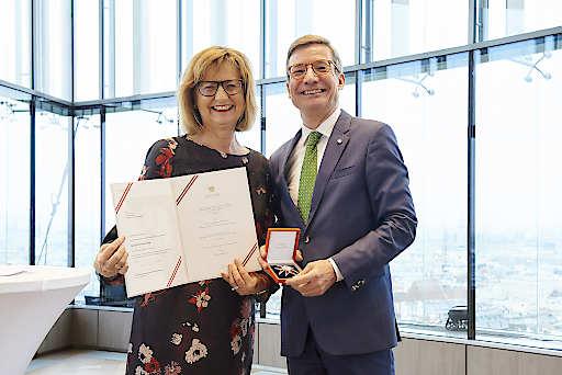 Bundesministerin für Nachhaltigkeit und Tourismus, Maria Patek, verleiht Großes Ehrenzeichen für Verdienste um die Republik Österreich an ÖRV-Generalsekretär Andreas Pangl