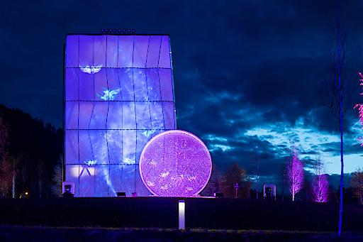 Interaktive Lichtinstallationen führen die Gäste durch die Swarovski Kristallwelten und laden an mehreren Stationen -wie hier am Spielturm - zum Mitmachen ein. Das Lichtfestival läuft bis 6. Januar 2020.
