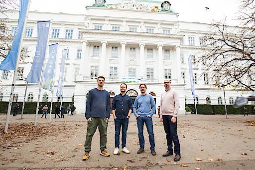 Beide Gründerduos devjobs.at und danube.ai vor der TU Wien