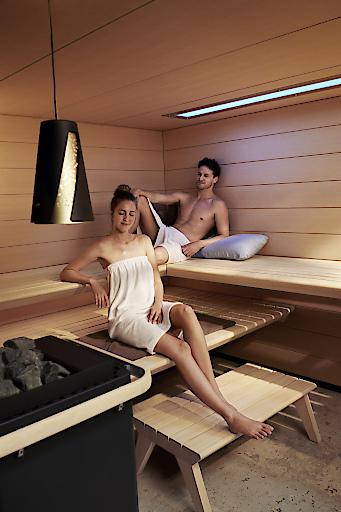 """Zahlreiche Studien belegen, dass die Sauna für nervliche Harmonisierung sorgt, aus der Bahn geworfene Hormone wieder ins Gleichgewicht bringt und Glückshormone freisetzt. Wer regelmäßig in die Sauna geht, fühlt sich also dauerhaft ausgeglichener / Entspannt durch die kalte Winterzeit: So schlagen Sie dem Winterblues ein Schnippchen. Bildquelle: KLAFS GmbH & Co. KG / Abdruck honorarfrei unter Nennung der Bildquelle. Weitere Bilder auf Anfrage: presse@klafs.de Weiterer Text über ots und www.presseportal.de/nr/80312 / Die Verwendung dieses Bildes ist für redaktionelle Zwecke honorarfrei. Veröffentlichung bitte unter Quellenangabe: """"obs/KLAFS GmbH & Co. KG/Kai Uwe Grundlach"""""""