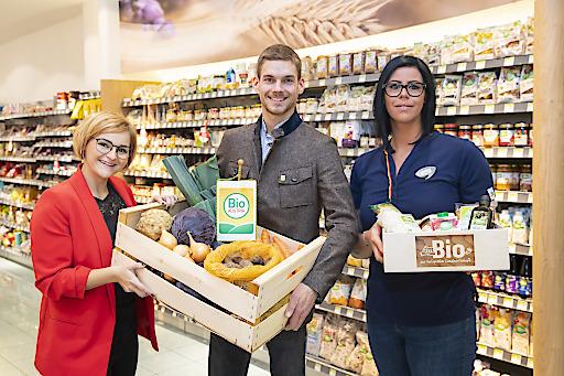 Im Bild v.l.: Julia Mühlbacher (dm Gebietsmanagerin), Anton Spitzauer (Bio-Landwirt von Bio Austria), Alexandra Zitko (dm Filialleiterin) mit Bio-Produkten.