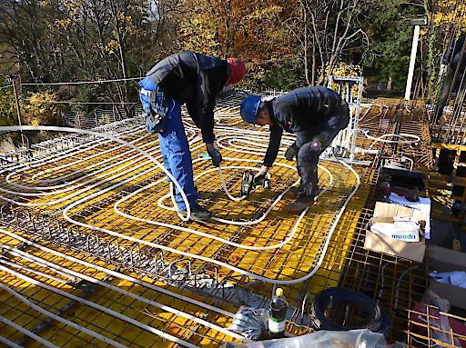 Die thermische Bauteilaktivierung trägt zur Reduktion der benötigten Energie für Heizung und Kühlung sowie zur erhöhten Behaglichkeit im Wohnraum bei.