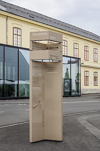 Wegweiser-Stele vor der Kunsthalle Krems; Gestaltung: Gabriele Lenz, Ulrich Huhs, Elena henrich
