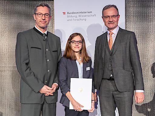 MCI-Preisträgerin Mag. Sarah Wetzel mit Sektionschef Mag. Elmar Pichl (links) und ihrem Betreuer Dr. Armin Fidler (rechts).