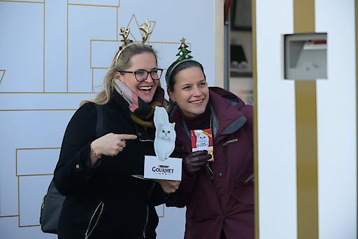 Denise Waringer und Cornelia Stastny, Brand Managerin Purina PetCare Österreich, in der Fotobox