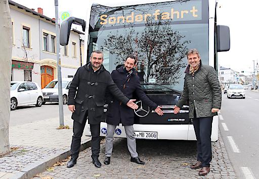 Für den künftigen Einsatz von alternativen Antriebsmöglichkeiten im Linienverkehr erprobt VOR den batteriebetriebenen Regionalbus eCitaro von Mercedes-Benz. Bei einer Testfahrten am 5. Dezember hat Landesrat Dorner sich ein Bild von dem Elektrobus gemacht.