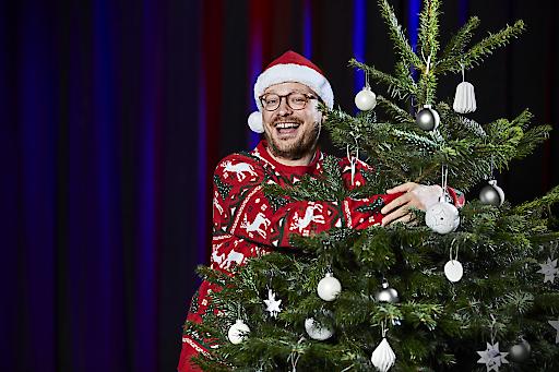 """Maximilian Gstettenbauer in Zusammenarbeit mit Dänische Christbäume - Bäume & Schnittgrün (christmastree.dk/de). Sehen Sie das Video auf Facebook. https://www.facebook.com/watch/?v=465225977684283. Lust auf ein klimafreundliches Weihnachtsfest mit gutem Gewissen? Dann müssen Sie einen echten Weihnachtsbaum kaufen. Weiterer Text über ots und www.presseportal.de/nr/139349 / Die Verwendung dieses Bildes ist für redaktionelle Zwecke honorarfrei. Veröffentlichung bitte unter Quellenangabe: """"obs/Dänische Christbäume - Bäume & Schnittgrün/Kristian Appelon, T2 studio"""""""