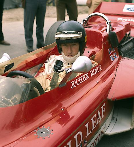 Jochen Rindt in einem Rennwagen