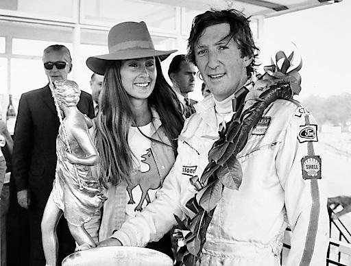 Jochen Rindt und Gattin Nina am Rande eines Rennens
