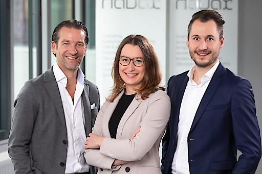Im Bild von links nach rechts: Oliver Krizek (Eigentümer und Geschäftsführer der NAVAX Unternehmensgruppe), Caroline Platzer (Business Development NAVAX Customer Experience), Ferdinand Kaiser (Bereichsleiter NAVAX Customer Experience): NAVAX, das unabhängige IT-Systemhaus, übernimmt KAISER CRM, ein erfolgreiches Start-up in der österreichischen CRM Szene mit Sitz in Graz.
