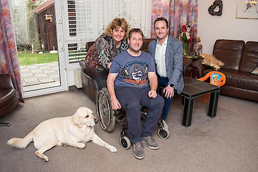 AUVA-Generaldirektor Alexander Bernart besuchte die Familie Fischer vor der Preisverleihung zu Hause in Floridsdorf