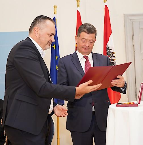 Verleihung des Komturkreuzes durch Landeshauptmann Doskozil an Esterhazy Generaldirektor Dr. Stefan Ottrubay im Schloss Esterházy