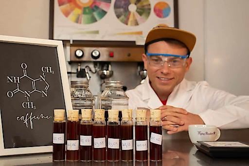 """Die ersten 8 Kaffeeproben für den Koffein-Test. Weiterer Text über ots und www.presseportal.de/nr/139413 / Die Verwendung dieses Bildes ist für redaktionelle Zwecke honorarfrei. Veröffentlichung bitte unter Quellenangabe: """"obs/Coffeeness/Mauricio Preuss"""""""