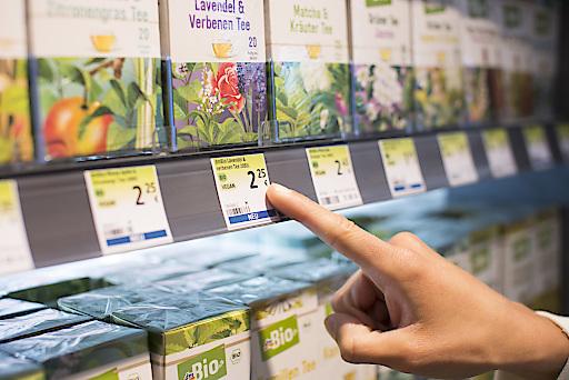 Seit 2017 kennzeichnen die grünen Etiketten am Regal die nachhaltigeren Produktalternativen.