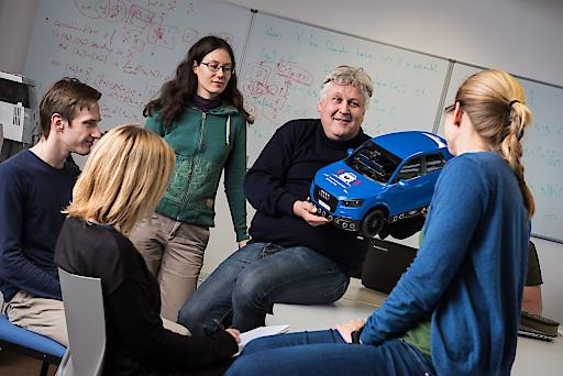 Prof. Sepp Hochreiter mit Studierenden