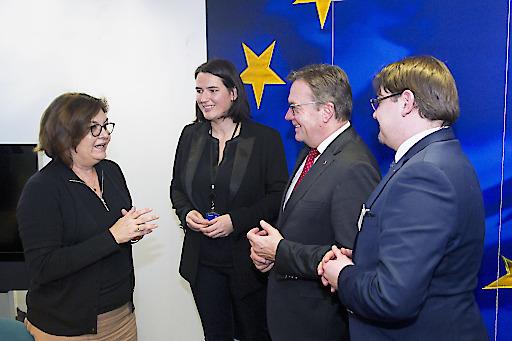 EU-Kommissarin Adina Ioana Valean mit LH Günther Platter, Vize-Koordinatorin des EU-Verkehrsausschusses Barbara Thaler und Simon Lochmann, interimistischer Leiter des Tirol-Büros in Brüssel.