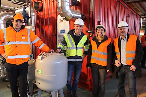 AIT demonstrierte die erste industrielle Hochtemperatur-Wärmepumpe für Trocknungsprozesse im Ziegelwerk Uttendorf/Oberösterreich mit (v.l.n.r.) Carlo Callegati (Wienerberger), Stefan Puskas (Wienerberger)Veronika Wilk (AIT), Thomas Fleckl (AIT)
