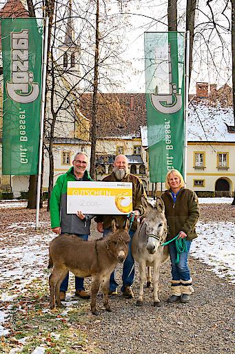Spendenübergabe an den Verein Eselrettung (v. l.): Braumeister Andreas Werner mit Obmann Ulrich Kettner und dessen Frau Elke im Gösser Stiftspark.