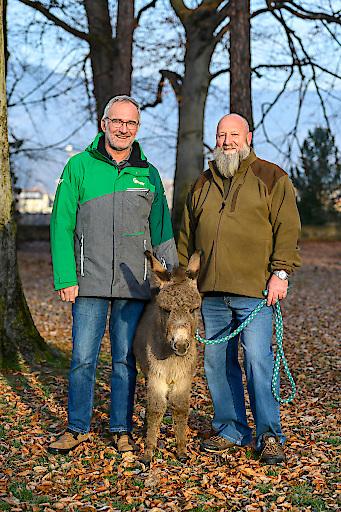 Braumeister Andreas Werner und Obmann Ulrich Kettner statten Esel Andreas regelmäßig Besuche ab.