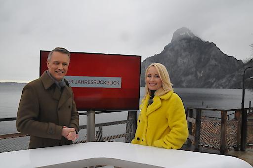 Aufzeichnung Jahresrückblick 2019: Klaus Obereder und Jutta Mocuba am mobilen Moderatorenpult in Traunkirchen.