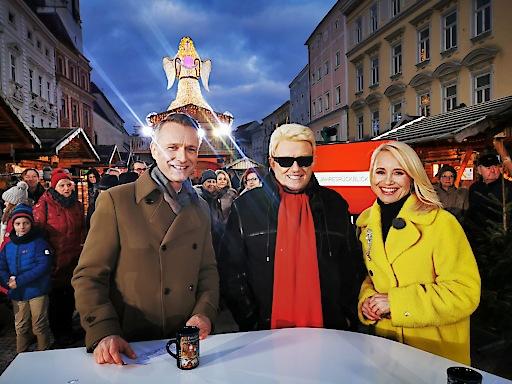 Aufzeichnung Jahresrückblick 2019: Klaus Obereder und Jutta Mocuba mit Heino auf der Welser Weihnachtswelt am Stadtplatz.