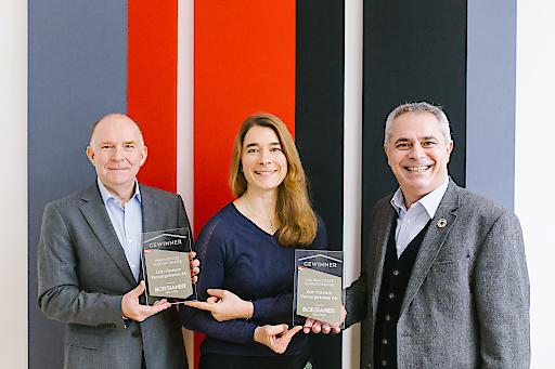 Übergabe der beiden Auszeichnungen durch die Stv. Börsianer-Chefredakteurin Ingrid Krawarik an Johannes Puhr (li.), Vorstandsmitglied fair-finance und Markus Zeilinger, Gründer und Vorstandsvorsitzender fair-finance.