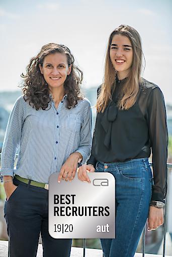 Mag. Danijela Brkic und Antonia Hoffstaedter aus dem Personalmanagement der PremiQaMed Group mit dem Silber-Siegel von Best Recruiters