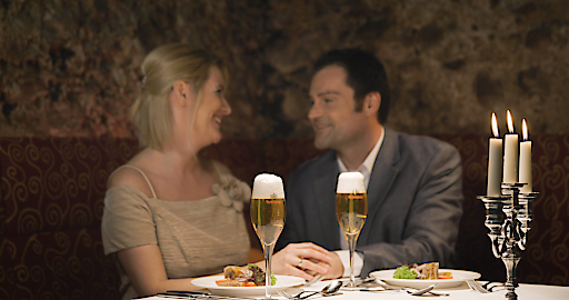 Auch mit Bierspezialitäten wie dem Gourmetbier Reininghaus Jahrgangspils lässt sich zu festlichen Anlässen gebührend anstoßen.