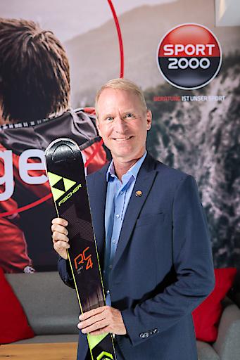 Dr. Holger Schwarting, Vorstand von SPORT 2000 Österreich, freut sich mit den Händlern über das erfolgreiche Weihnachtsgeschäft