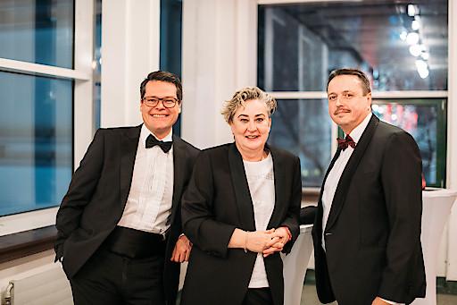 SWV Simmering-Vorsitzende Werberätin Mag.a Ortrun Gauper (Mitte) mit Stadtrat Mag. Jürgen Czernohorszky (l) und Gemeinderat Ernst Holzmann (r)