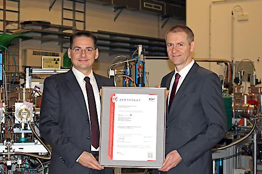 Alfred Zens (Geschäftsführer MedAustron) und Andreas Dvorak (Prokurist und Leiter der Zertifizierungsstelle TÜV AUSTRIA)