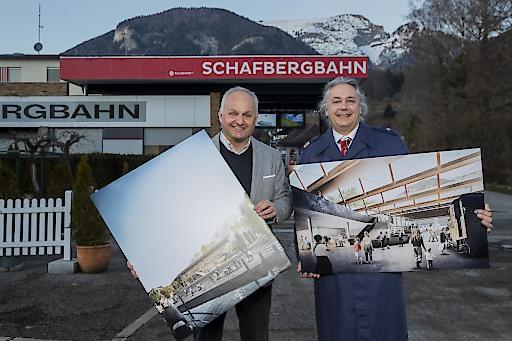 Die Geschäftsführer der Salzburg AG Tourismus Management GmbH Christian Wörister und Mario Mischelin mit den Visualisierungen der neuen Talstation