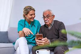 Senioren lehnen Überwachung per Smartphone durch ihre Kinder ab