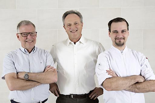"""Das F.X. Mayr Team im ...liebes Rot-Flüh: MR Dr. med. Walter Bachlechner, MR Dr. med. Erwin Pfefferkorn und Küchenchef Sven Hellwig. Weiterer Text über ots und www.presseportal.ch/de/nr/100071553 / Die Verwendung dieses Bildes ist für redaktionelle Zwecke honorarfrei. Veröffentlichung bitte unter Quellenangabe: """"obs/Traumhotel ...liebes Rot-Flüh"""""""