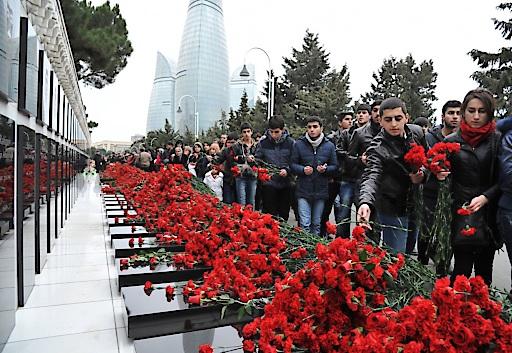 """Jedes Jahr gehen hunderttausende Menschen auf den Allee der Märtyrer und gedenken der Opfer der Ereignisse vom """"Schwarzen Jänner""""."""