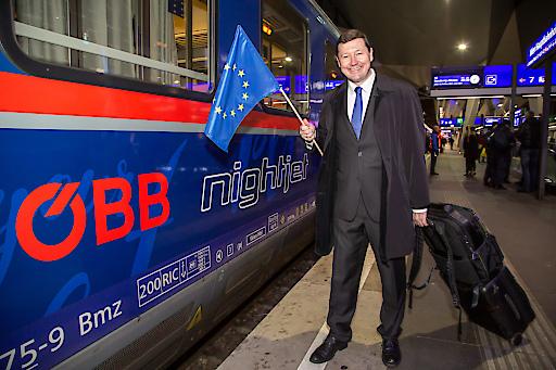 https://www.apa-fotoservice.at/galerie/22179 Martin Selmayr, Leiter der Vertretung der Europäischen Kommission in Österreich, bei der Verabschiedung des ersten ÖBB Nightjet Wien - Brüssel.