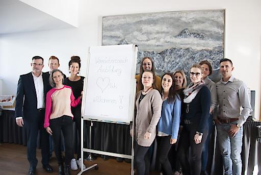 Dr. Robert Trasser und Mag. Katrin Perktold (beide links vorne) mit Teilnehmern des aktuellen Vermietercoach-Lehrgangs.