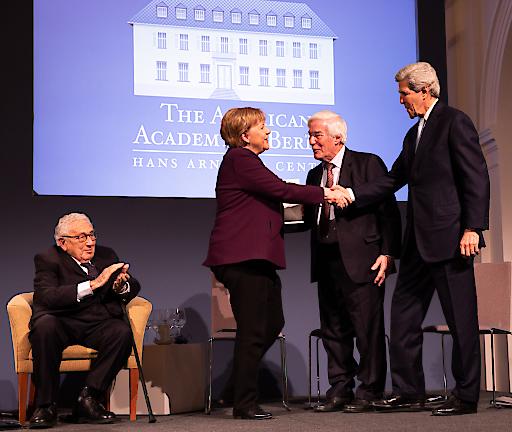 """Henry A. Kissinger, Angela Merkel, Gerhard Casper, und John Kerry bei der Verleihung des Henry A. Kissinger Preis im Schloss Charlottenburg am 21. Januar 2020. Weiterer Text über ots und www.presseportal.de/nr/58364 / Die Verwendung dieses Bildes ist für redaktionelle Zwecke honorarfrei. Veröffentlichung bitte unter Quellenangabe: """"obs/American Academy in Berlin/Annette Hornischer"""""""