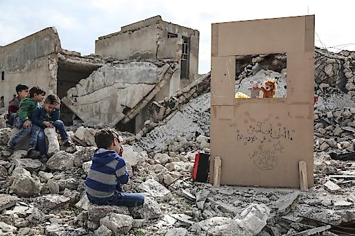 """Erster Platz in der Kategorie Features bei den dpa-Bildern des Jahres 2019 von Anas Alkharboutli: Der Puppenspieler Walid Rashed führt im Rahmen seiner Tournee durch Saraqib in der von den Rebellen kontrollierten Provinz Idlib ein Puppentheaterstück auf - inmitten der Trümmer beschädigter Gebäude und anlässlich des Welttheatertages. Bild darf nur in Zusammenhang mit einer Berichterstattung über die dpa-Bilder des Jahres 2019 honorarfrei genutzt werden. Weiterer Text über ots und www.presseportal.de/nr/8218 / Die Verwendung dieses Bildes ist für redaktionelle Zwecke honorarfrei. Veröffentlichung bitte unter Quellenangabe: """"obs/dpa Deutsche Presse-Agentur GmbH/Anas Alkharboutli/dpa"""""""