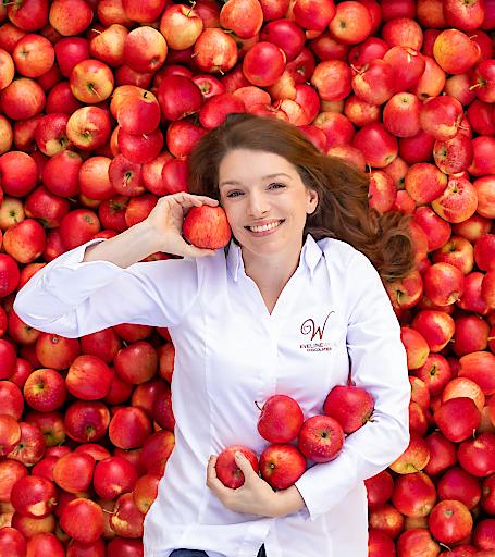 Eveline Wild, Fernsehköchin und vielfach ausgezeichnete Patissière, und die steirischen evelina Apfelbauern präsentieren ein hochwertiges heimisches Genussmittel und laden zum Verkosten ein.