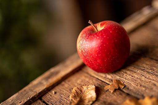 evelina heißt die relativ junge Apfelsorte aus der Steiermark. Unter der knallroten Schale verbergen sich ihre inneren Werte: ein frischer, waldiger Duft als Vorbote der delikaten Aromen, die sich nach dem herzhaften Biss in den Apfel offenbaren.