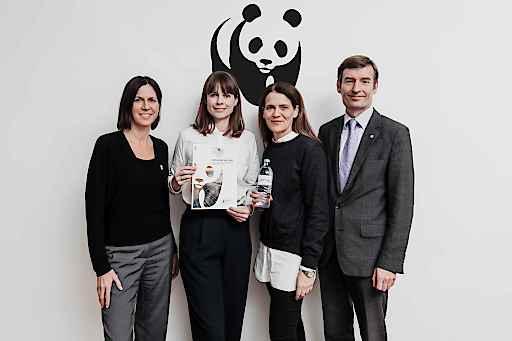v.l.n.r.: Andrea Johanides, Geschäftsführerin WWF, Hanna Simons, stellv. Geschäftsführerin und Leiterin der Naturschutzabteilung WWF, Birgit Aichinger und Herbert Schlossnikl (Geschäftsführer Vöslauer)