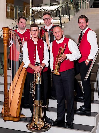 Die Tiroler Tanzmusikanten unterhalten musikalisch