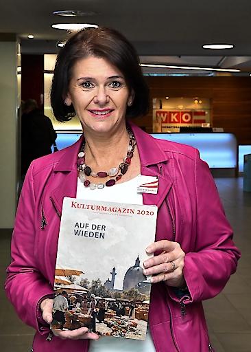 """Christa Bauer, die Präsidentin des Vereins der geprüften Wiener Fremdenführer, mit der aktuellen Ausgabe des """"Kulturmagazins"""""""
